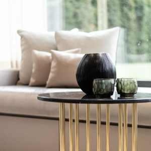 lounge sofa wohnzimmer sofa Tisch Kissen Vase messing beine taupe
