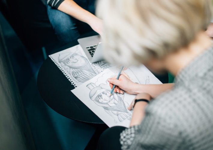 menina desenhando