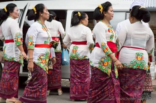 Жени в саронг