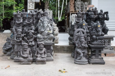 Каменни статуи пред магазин на улицата
