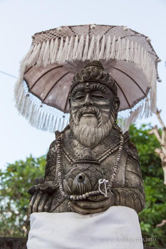 Статуя пред храм в Кута, Бали