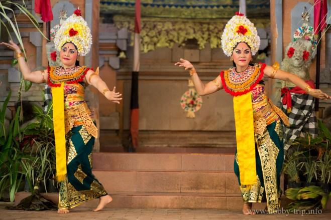 Жени изпълняват Barong в Индонезия
