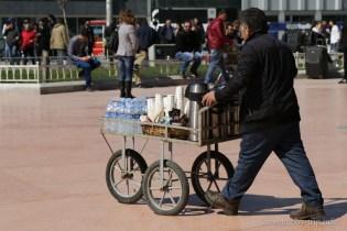 Търговец на вода и чай на площад Таксим - Истанбул, Турция