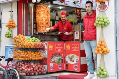 Усмихнат продавач на дюнери на бул. Истиклял - Истанбул, Турция