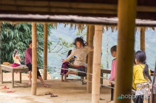 Деца играят на ластик в планината - САПА, Виетнам