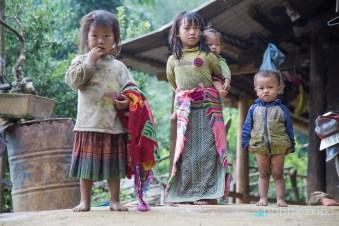 Дечица пред къща - SAPA