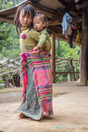 Дечица пред къща SAPA