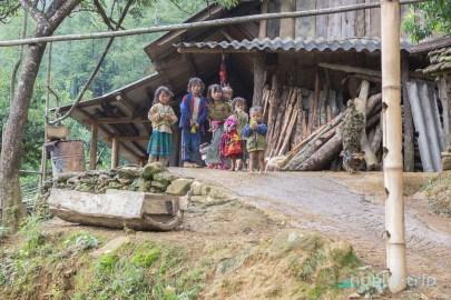 Деца пред къщи в САПА