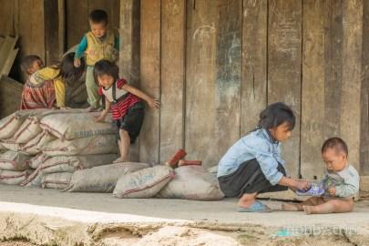 Деца си играят пред къщата в САПА