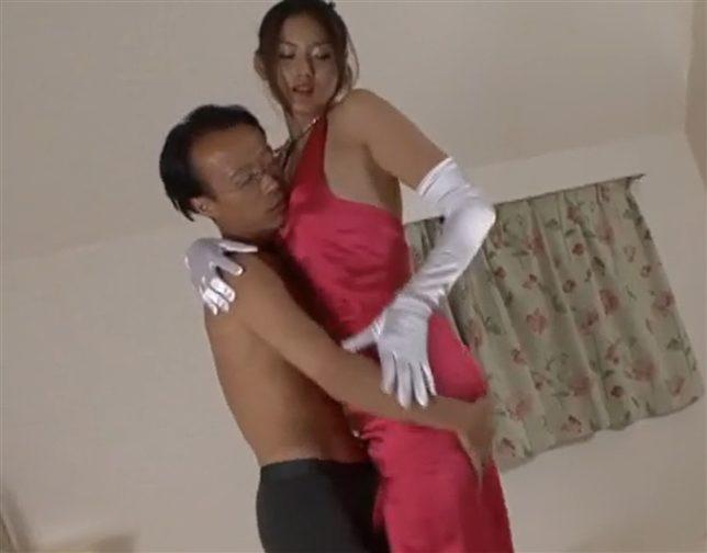 村上里沙 ドレス姿で男二人をサテングローブ手コキ