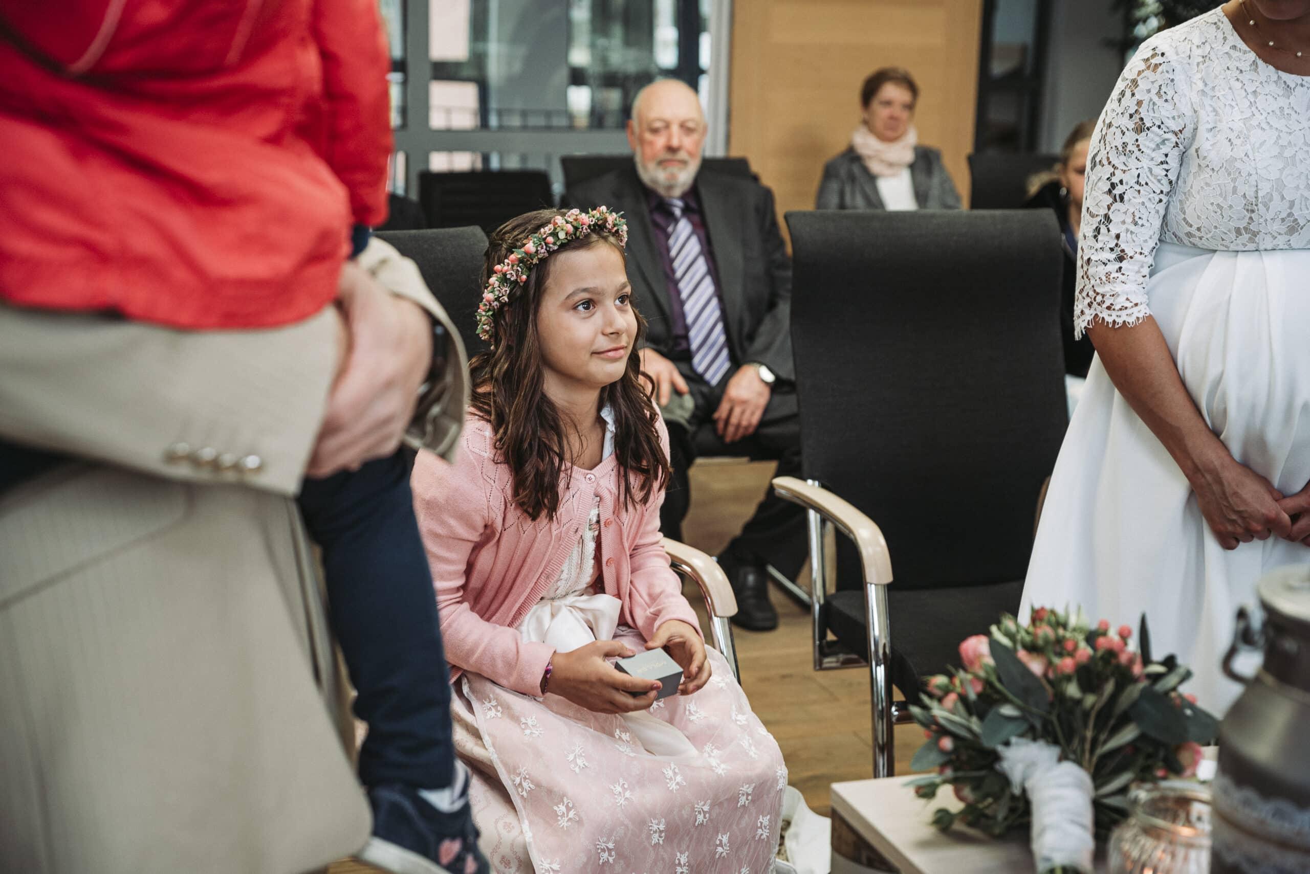 Tochter mit Ringen bei Hochzeit im Standesamt in Petersdorf bei Augsburg fotografiert von Hochzeitsfotografen aus Augsburg