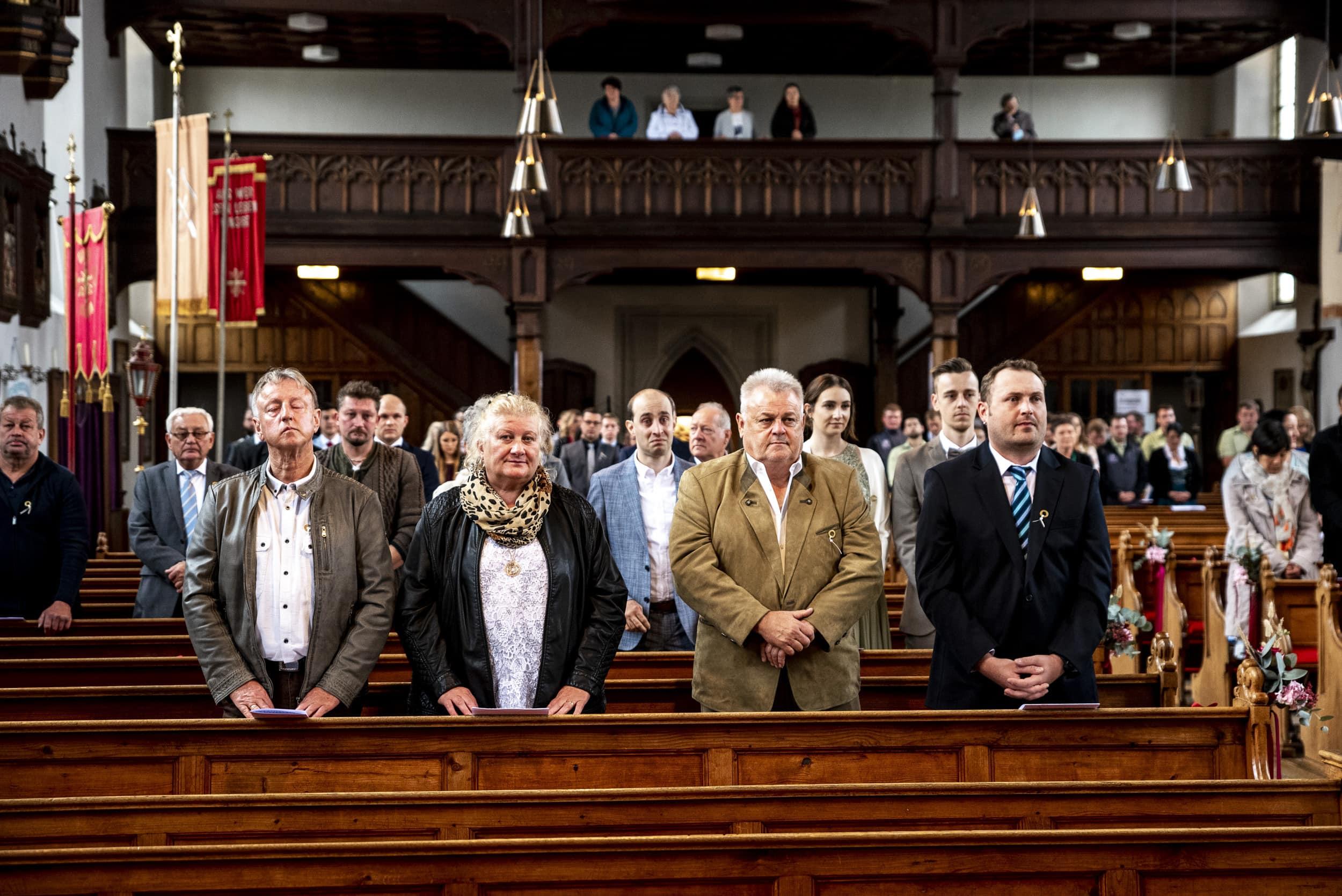 Hochzeitsgäste in Kirche Aindling