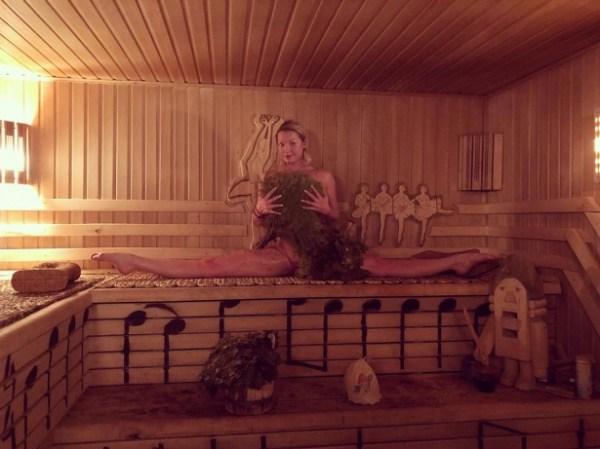 Обнаженная Анастасия Волочкова села на шпагат в бане фото ...