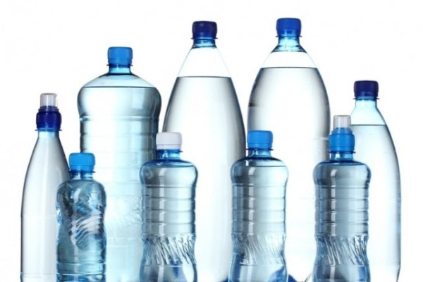 вода в пластиковых бутылках