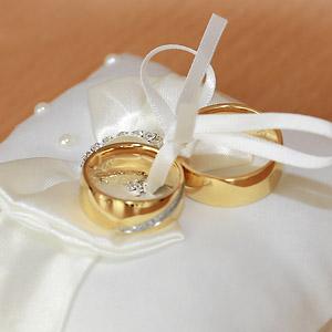 Preise Leinwand:Trau-Ringe gold bei der standesamtlichen Trauung