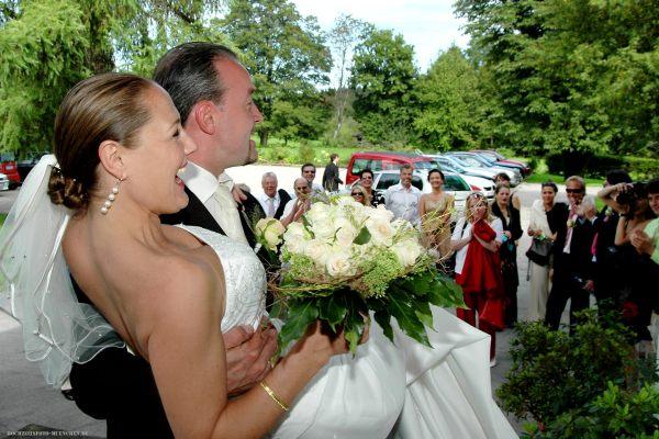 Cooles Brautpaar mit Gästen