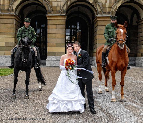 Fotoshooting Hochzeit 17: Brautpaar mit Polizei-Pferden
