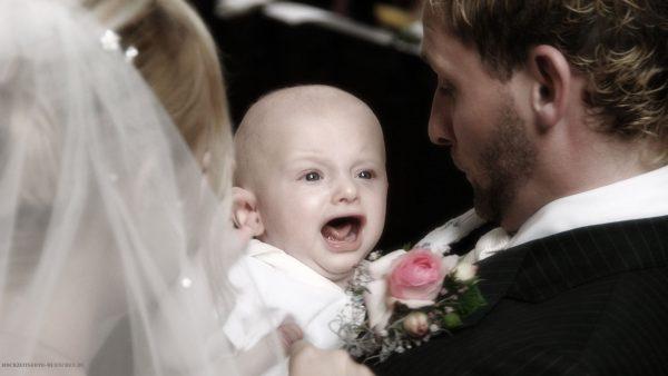 Baby bei einer Hochzeitsfeier