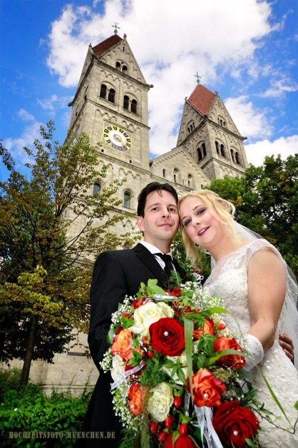 Trauungsfotos 16: Brautpaar vor der Kirche in München