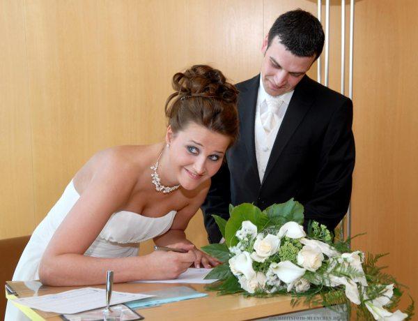 Trauungsfotos 07: Unterschreiben der Braut im Standesamt München (KVR)