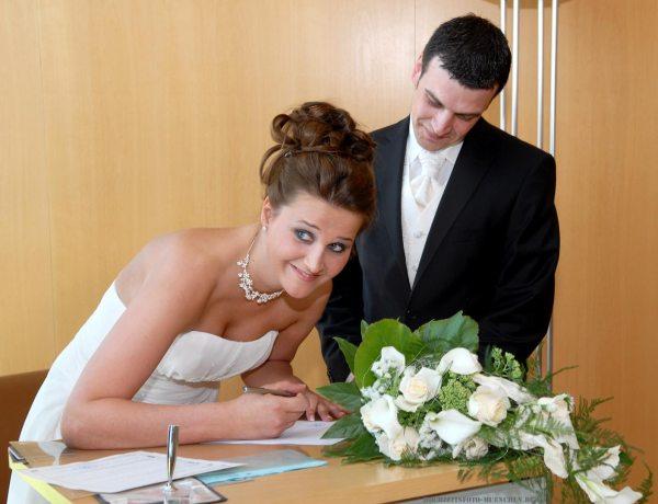 Trauungsbild: Unterschrift des Brautpaars