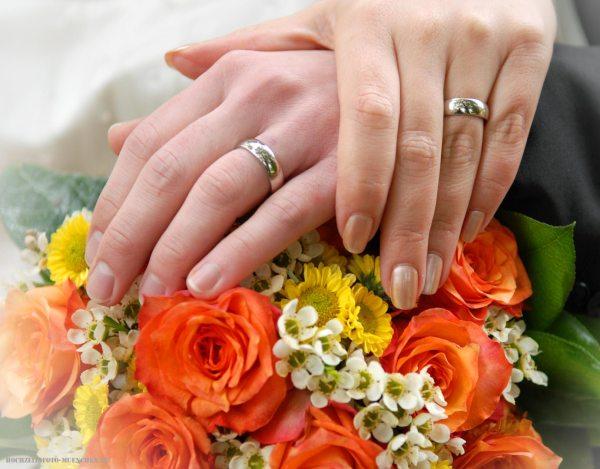 Trauungsfotos 17: Brautstrauß mit Händen und Trauringen
