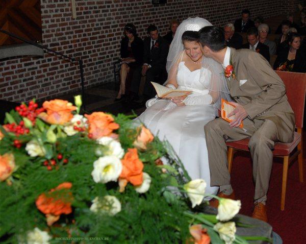 Trauungsfotos 08: Kuss bei der Trauung in der Kirche