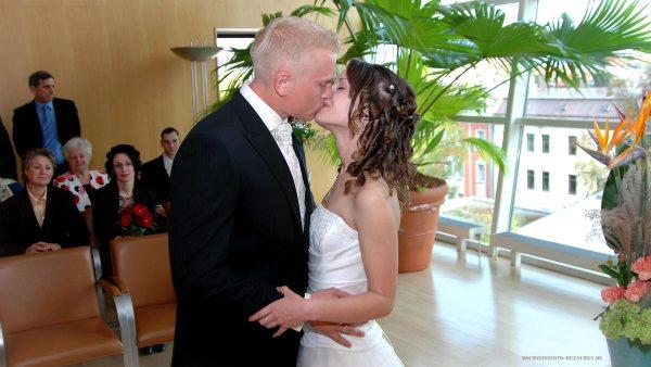 Trauungsfotos 10: Brautpaar-Kuss im Standesamt KVR