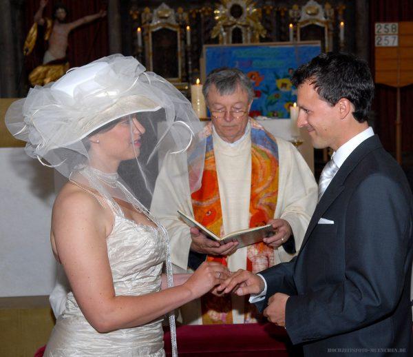 Trauungsfoto mit Pfarer und Brautpaar