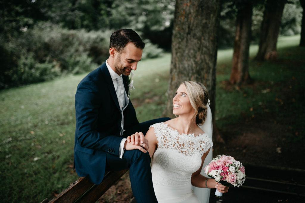 Hochzeitsfotografie - Brautpaar auf Parkbank