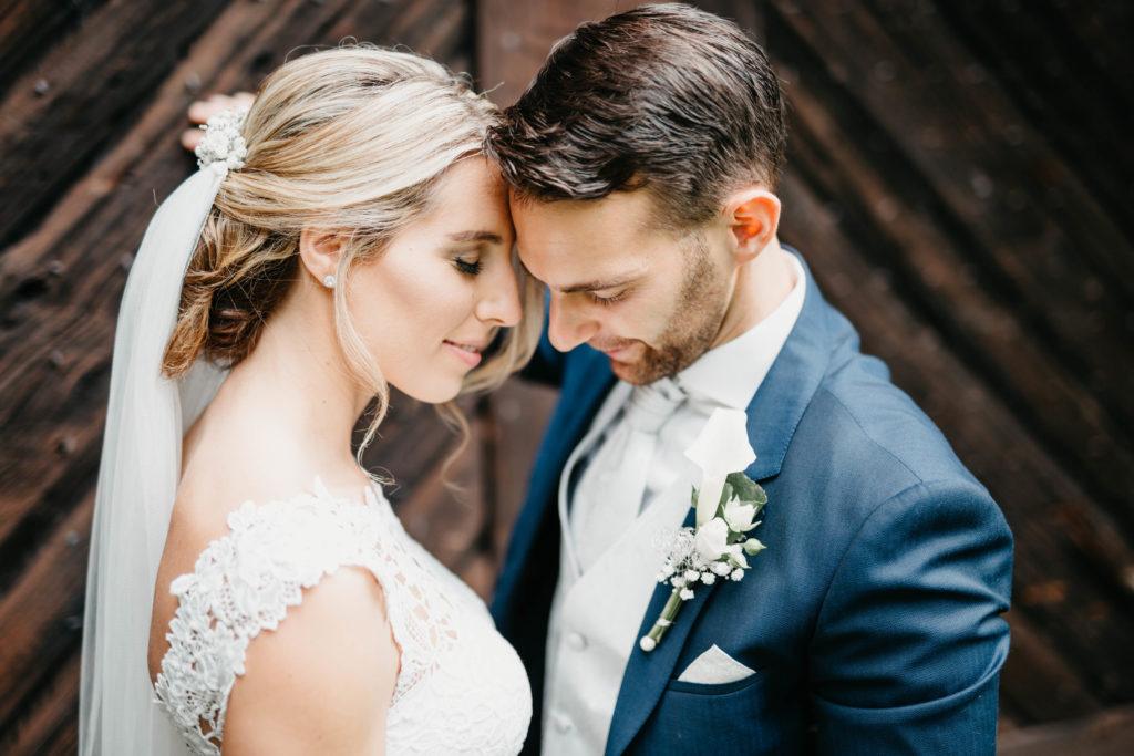 Hochzeitsfotografie - Brautpaar vor Holztor