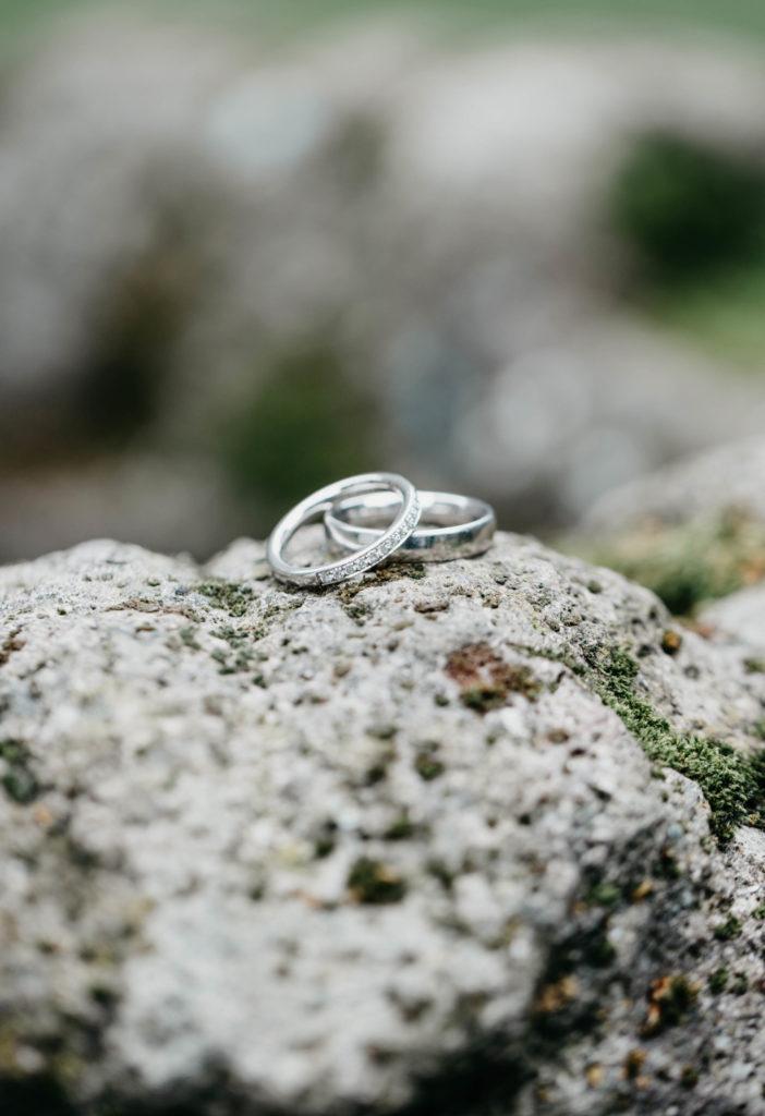 Hochzeitsfotografie - Ringe auf Steinen