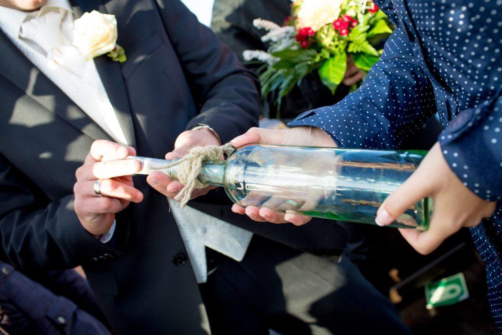 Nach dem Jawort auf dem urigen Kutter können Paare noch eine Botschaft per Flaschenpost auf den Weg bringen.