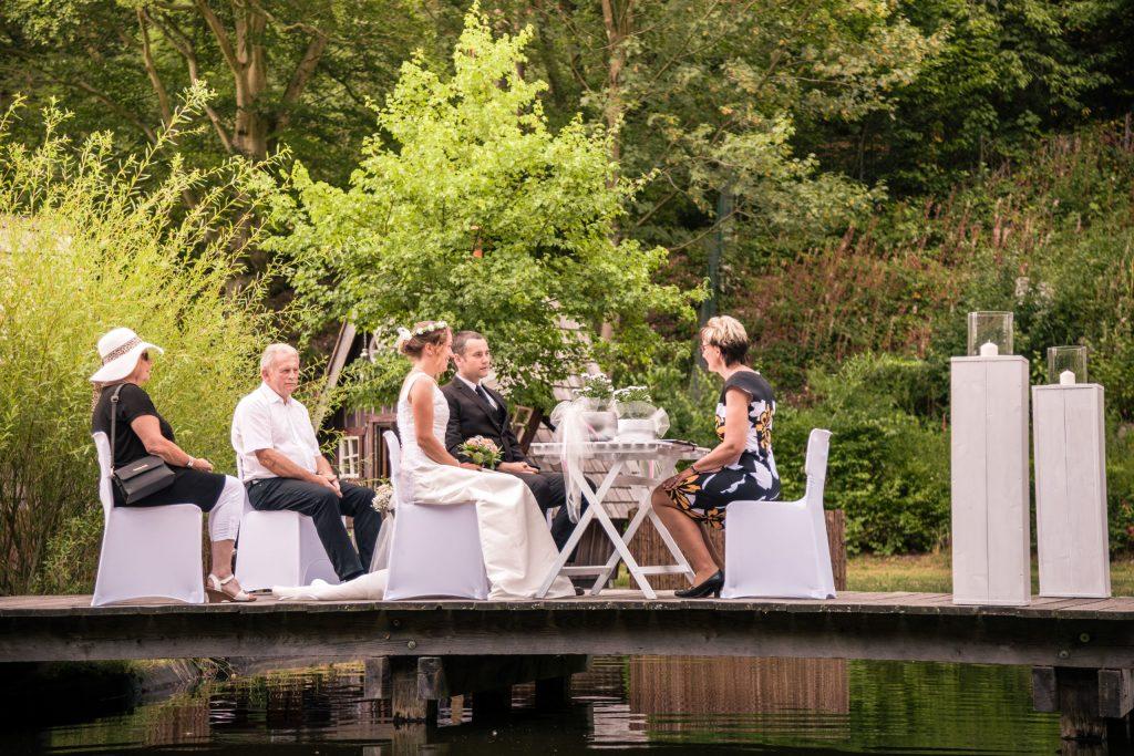 Auf einem Steg im Natursee geben sich die Brautleute das Ja-Wort.