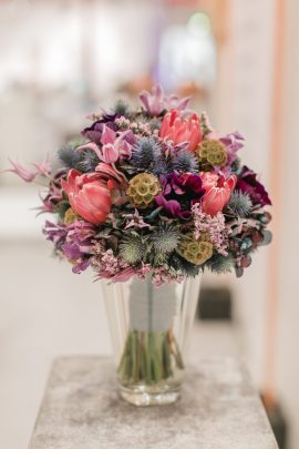 Brautstrauß in lila, rosa und blauen Tönen