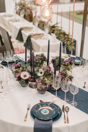 Tischdekoration in blauen Farben