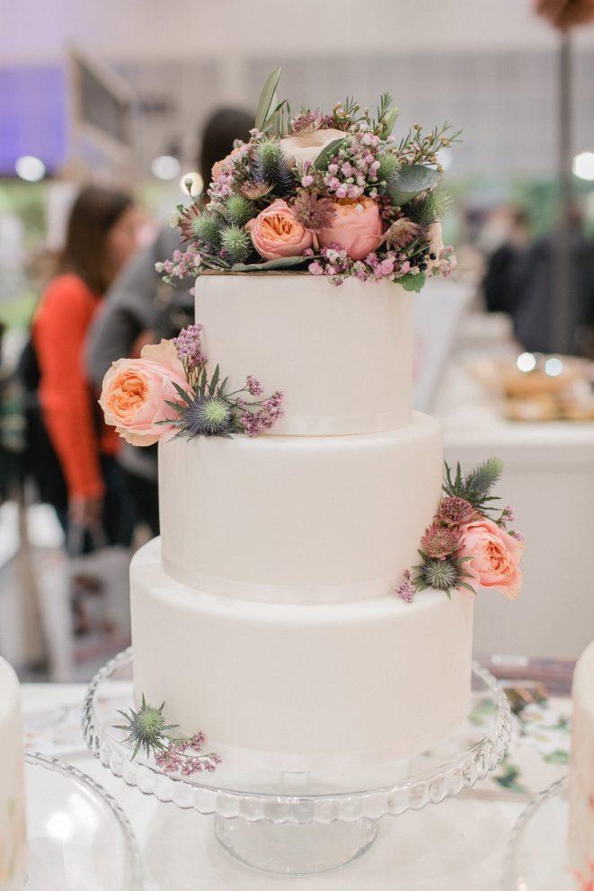 Hochzeitstorte, verziert mit Blumen