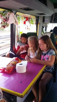 Kidsen i bussen på väg till Mostar