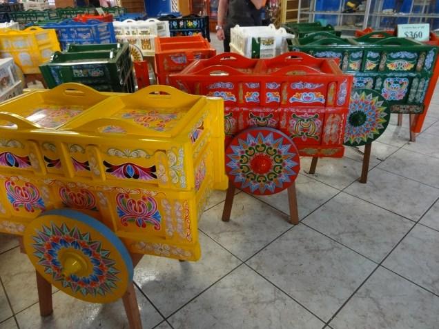 Les petites charrettes sont très prisées des Costa Riciens, et un beau souvenir pour les touristes / Small carts are very popular with Costa Ricans, and a beautiful souvenir for tourists