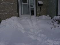 Sortir le matin devient parfois vraiment difficile, la neige entravant la porte! / Going out is sometimes difficult because of the snow