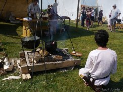 La nourriture des participants était cuisinée comme au temps des Vikings / Food was cooked like the Vikings cooked
