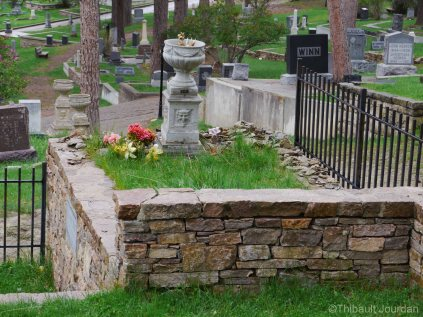 La tombe de Calamity Jane n'est pas aussi splendide que celle de Wild Bill Hicock / Calamity Jane's grave is not as fancy as Wild Bill Hicock's one