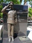 Sur la place devant la mairie, la ville rend hommage à ses forces de police.