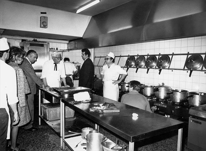 Colonel Sanders - ở khu vực bếp