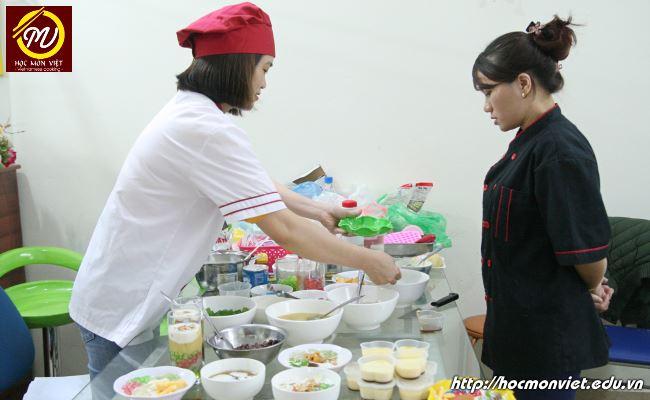 học viên thực hành tại khóa học nấu chè tại Học Món Việt