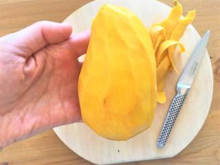 マンゴーの皮を剥く