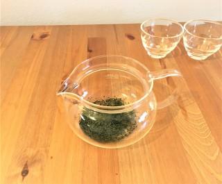 急須に茶葉を入れる