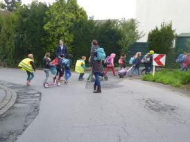 Schulbus zu Fuß L1 019