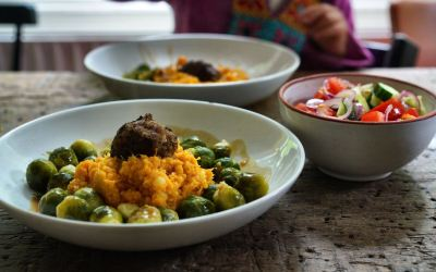 Pompoenpuree met gestoomde spruitjes, gehaktbal met jus met frisse salade