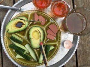 gezonde-snack-komkommer-avocado-leverworst-thee